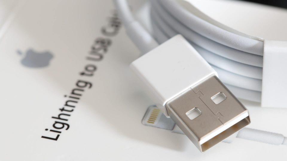 Como limpar cabos USB e de fones de ouvido brancos